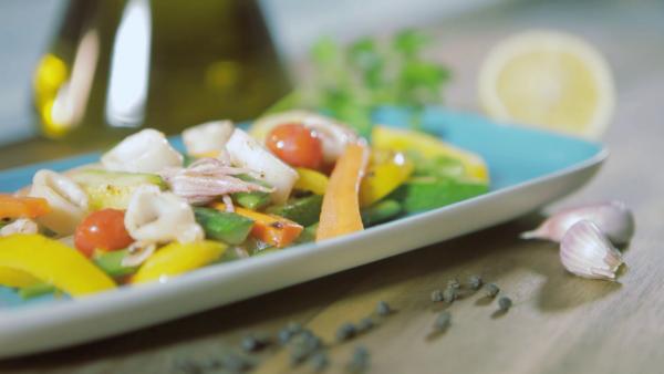 Salteado de verduras y calamares a la plancha