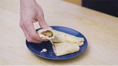 Crepes de langostinos y salmón con mayonesa de estragón y eneldo